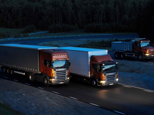 https://hispanialog.com/wp-content/uploads/2015/09/Three-orange-Scania-trucks-640x480.jpg